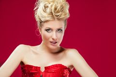 Blonde Frau im roten Kleid Stockbilder