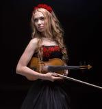 Blonde Frau im roten Kranz mit Violine Lizenzfreies Stockbild