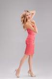 Blonde Frau im roten Tupfenkleid Lizenzfreies Stockbild