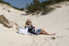 Blonde Frau im Sand Stockfotos