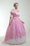 Blonde Frau im schönen langen Kleid Stockfotografie