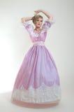 Blonde Frau im schönen rosafarbenen Kleid Stockbild