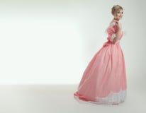 Blonde Frau im schönen rosafarbenen Kleid Stockbilder