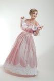 Blonde Frau im schönen rosafarbenen Kleid Lizenzfreies Stockbild
