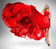 Blonde Frau im schönen roten Kleid Lizenzfreie Stockbilder