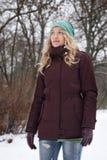 Blonde Frau im schneebedeckten Wald Lizenzfreies Stockbild