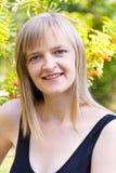 Blonde Frau im Schwarzen Stockfotos