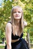 Blonde Frau im Schwarzen Lizenzfreie Stockfotografie