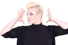 Blonde Frau im Schwarzen, das Hände zeigt Lizenzfreies Stockbild