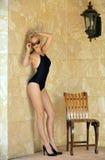 Blonde Frau im schwarzen einteiligen Badeanzug Stockfoto