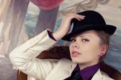 Blonde Frau im schwarzen Hut Lizenzfreie Stockfotos
