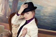 Blonde Frau im schwarzen Hut Lizenzfreie Stockbilder