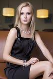 Blonde Frau im schwarzen Kleid Lizenzfreie Stockbilder