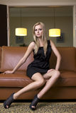 Blonde Frau im schwarzen Kleid Lizenzfreies Stockfoto