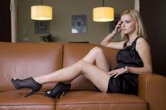 Blonde Frau im schwarzen Kleid Lizenzfreie Stockfotografie