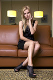 Blonde Frau im schwarzen Kleid Stockbild
