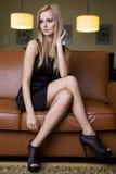 Blonde Frau im schwarzen Kleid Stockfoto