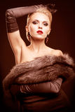 Blonde Frau im schwarzen Kleid Lizenzfreie Stockfotos