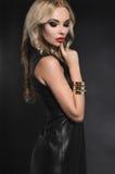 Blonde Frau im schwarzen ledernen Kleid Lizenzfreies Stockfoto