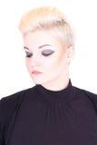 Blonde Frau im Schwarzen mit Verfassung Stockfotos