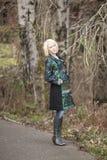 Blonde Frau im sehr bunten Winter-Mantel Lizenzfreies Stockbild