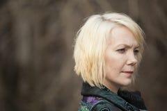 Blonde Frau im sehr bunten Winter-Mantel Lizenzfreie Stockfotos