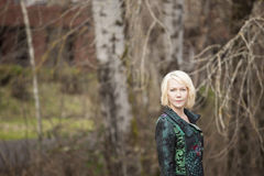 Blonde Frau im sehr bunten Winter-Mantel Lizenzfreie Stockbilder