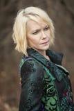 Blonde Frau im sehr bunten Winter-Mantel Stockbilder