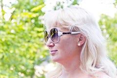 Blonde Frau im Sommer Stockfoto