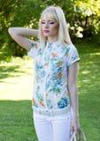 Blonde Frau im Sommerpark Stockfoto