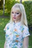 Blonde Frau im Sommerpark Stockfotos