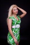 Blonde Frau im Studio Stockfoto