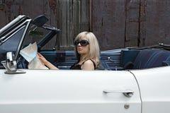 Blonde Frau im umwandelbaren Auto Lizenzfreie Stockfotografie