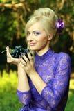 Blonde Frau im violetten Art und Weisekleid Lizenzfreie Stockbilder