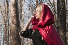 Blonde Frau im Wald Lizenzfreie Stockfotos