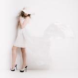 Blonde Frau im Weiß Stockfotos