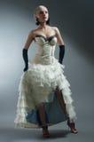 Blonde Frau im weißen Kleid Lizenzfreies Stockfoto