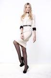 Blonde Frau im weißen Kleid Lizenzfreies Stockbild