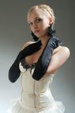 Blonde Frau im weißen Kleid und in den schwarzen Handschuhen Lizenzfreie Stockfotos