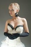 Blonde Frau im weißen Kleid und in den schwarzen Handschuhen Lizenzfreie Stockbilder