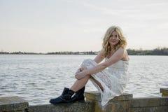 Blonde Frau im weißen Spitzekleid Lizenzfreie Stockfotografie