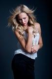 Blonde Frau im Wind Lizenzfreie Stockbilder