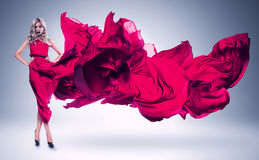 Blonde Frau im windigen rosa Kleid Lizenzfreies Stockbild