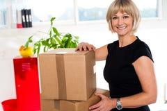 Blonde Frau ist betriebsbereit, ihr Büromaterial zu entpacken Lizenzfreies Stockfoto