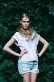 Blonde Frau kurz gesagt auf Natur Stockfotografie