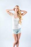 Blonde Frau kurz gesagt und ein weißes T-Shirt Lizenzfreies Stockfoto