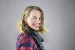 Blonde Frau-lächelndes tragendes helles Make-up Stockfoto