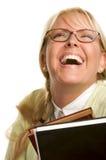 Blonde Frau lacht u. trägt Stapel Bücher Stockfotos
