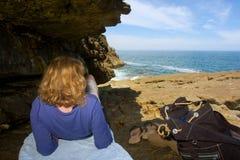 Blonde Frau liegt auf Felsen Stockfoto
