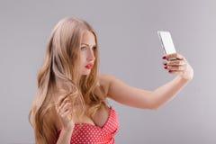 Blonde Frau macht selfie am Telefon Lizenzfreies Stockfoto